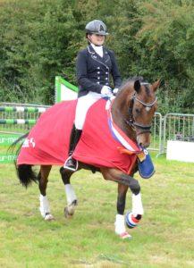 Anna-Sophie Huisman is met haar pony Spoekedammetje s Nikos